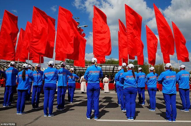 Bất ngờ về nữ quân nhân Belarus xinh đẹp trong lễ duyệt binh ở Minsk - Ảnh 10.