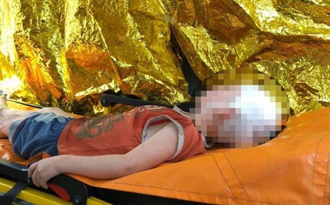 Làm nũng đòi ngồi lên đùi cha dượng, bé trai 5 tuổi bị ném thẳng ra khỏi cửa sổ chung cư, hành động của người mẹ sau đó càng gây phẫn nộ