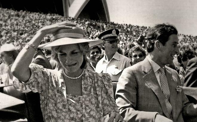Sự thật ít ai biết về tấm hình Công nương Diana bật khóc nức nở giữa đám đông còn Thái tử Charles dửng dưng nhìn sang chỗ khác mỉm cười