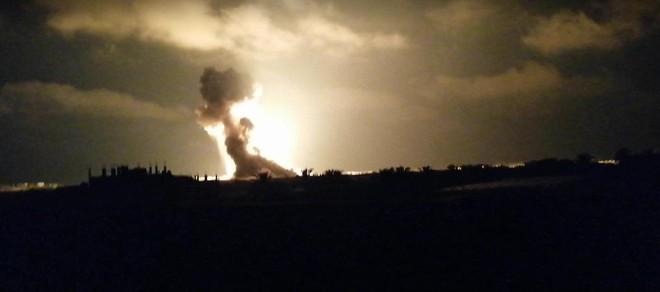Còi báo động vang khắp Israel, dải Gaza chìm trong bão lửa - Chiến sự Syria căng thẳng tột độ, phiến quân thương vong vô số - Ảnh 1.