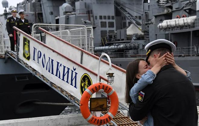 7 ngày qua ảnh: Thủy thủ Nga ôn hôn thắm thiết bạn gái trên bến cảng - Ảnh 3.