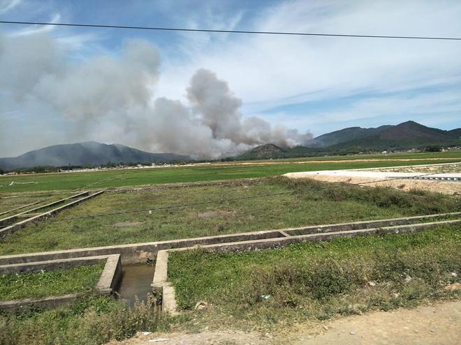 Cả nghìn người dập lửa đám cháy rừng lan qua nhiều xã ở Nghệ An - Ảnh 1.