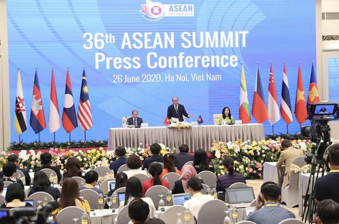 Thủ tướng Nguyễn Xuân Phúc: Giữa cạnh tranh Mỹ  - Trung, ASEAN không muốn chọn phe - Ảnh 2.