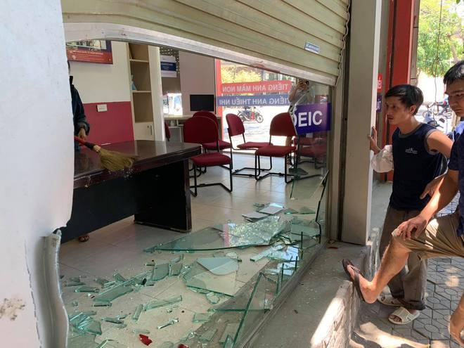 Nữ tài xế lùi xe đâm tùa 3 xe máy, đâm vỡ kính cửa trung tâm Anh ngữ - Ảnh 6.