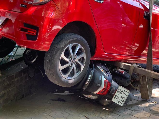 Nữ tài xế lùi xe đâm tùa 3 xe máy, đâm vỡ kính cửa trung tâm Anh ngữ - Ảnh 3.