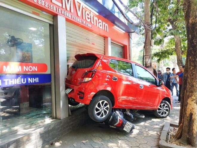 Nữ tài xế lùi xe đâm tùa 3 xe máy, đâm vỡ kính cửa trung tâm Anh ngữ - Ảnh 1.