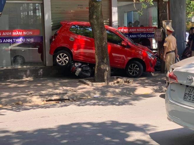 Nữ tài xế lùi xe đâm tùa 3 xe máy, đâm vỡ kính cửa trung tâm Anh ngữ - Ảnh 5.