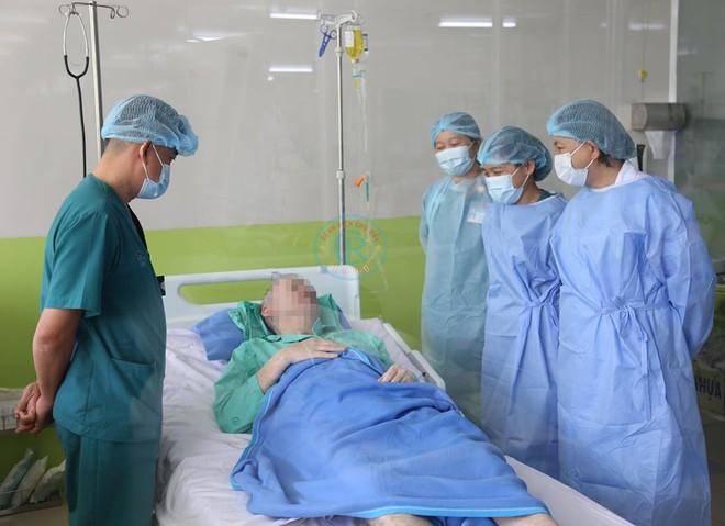 103 ngày điều trị, 3 thời điểm nguy kịch của phi công người Anh khiến bác sĩ phải cân não nhất - Ảnh 1.