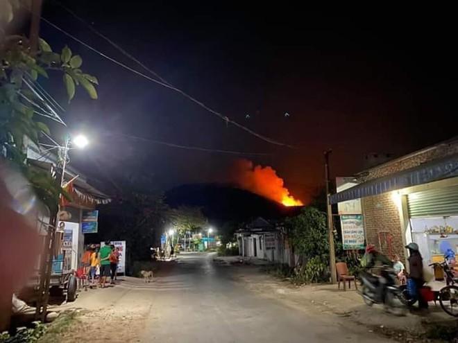 Rừng Nghệ An và Hà Tĩnh lại bốc cháy ngùn ngụt trong đêm, di dời hàng trăm hộ dân ở chân núi - Ảnh 2.