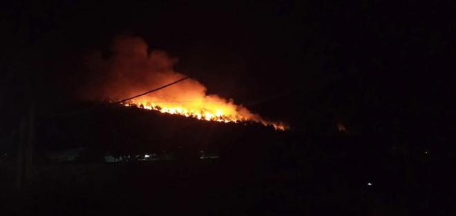 Rừng Nghệ An và Hà Tĩnh lại bốc cháy ngùn ngụt trong đêm, di dời hàng trăm hộ dân ở chân núi - Ảnh 4.