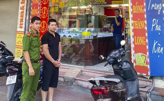 Lời khai của kẻ mặc áo sơ mi trắng cướp tiệm vàng, đâm trọng thương người truy đuổi ở Hà Nội