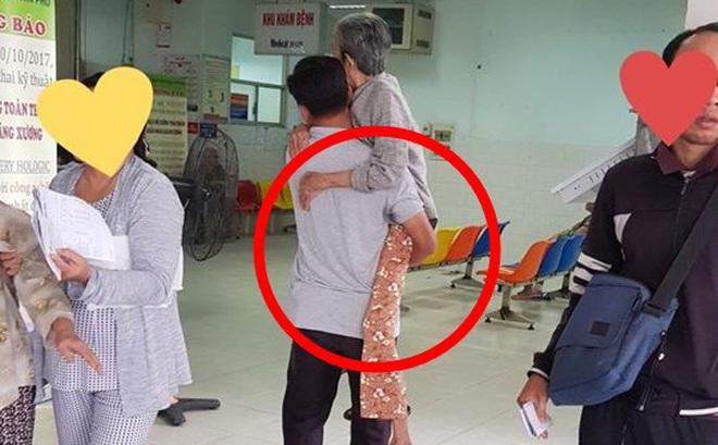 Bức ảnh người đàn ông bế mẹ già trong bệnh viện gây xúc động mạnh