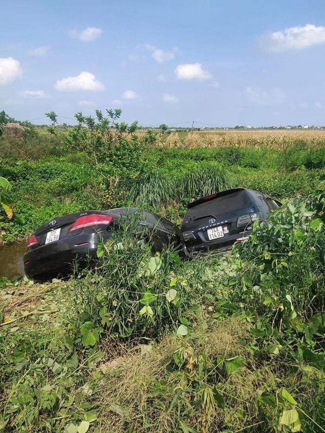 Clip: Xe Camry vượt ẩu, đâm rụng bánh Mazda, ủn Fortuner lao xuống mương - Ảnh 3.