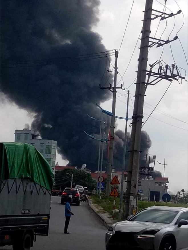 Hà Nội: Kho hoá chất sơn ở quận Long Biên đang bốc cháy dữ dội - Ảnh 1.