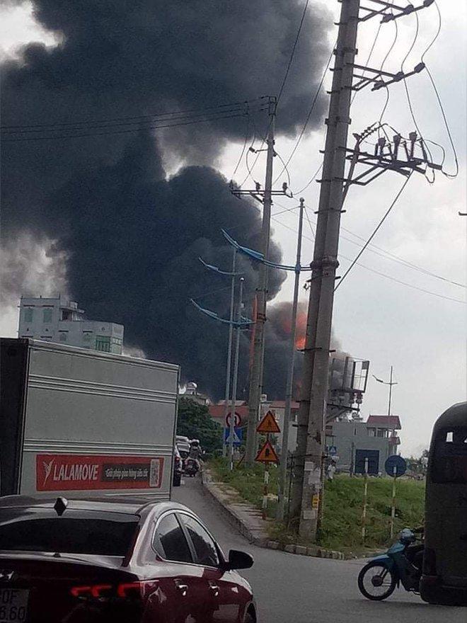 Ảnh: Cháy dữ dội kho hóa chất ở Long Biên, thùng phuy phát nổ bay cao hàng chục mét - Ảnh 4.