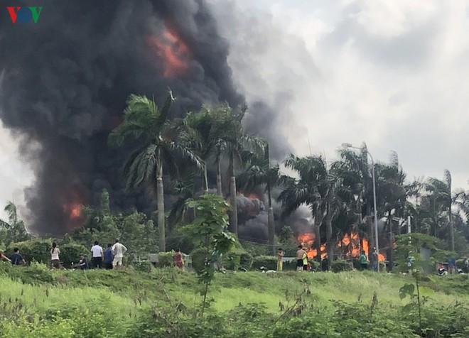 Ảnh: Cháy dữ dội kho hóa chất ở Long Biên, thùng phuy phát nổ bay cao hàng chục mét - Ảnh 5.