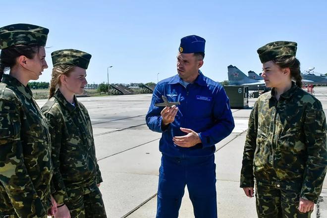 Ngắm những 'bông hồng' Nga lái máy bay chiến đấu - Ảnh 1.