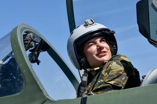 Ngắm những 'bông hồng' Nga lái máy bay chiến đấu - Ảnh 3.