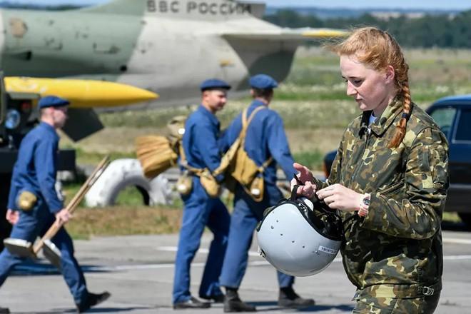 Ngắm những 'bông hồng' Nga lái máy bay chiến đấu - Ảnh 4.