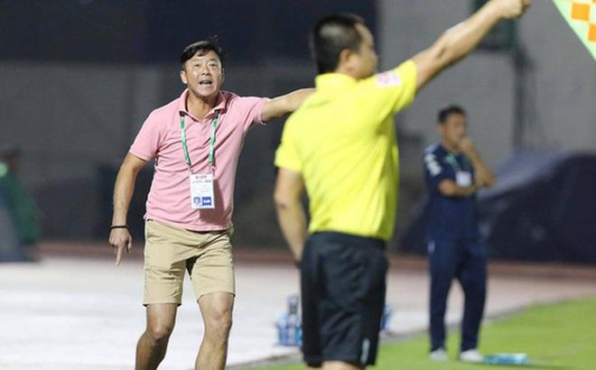 HLV Lê Huỳnh Đức: Ai xem cũng thấy trọng tài có vấn đề, còn tôi không dám nói họ kém!