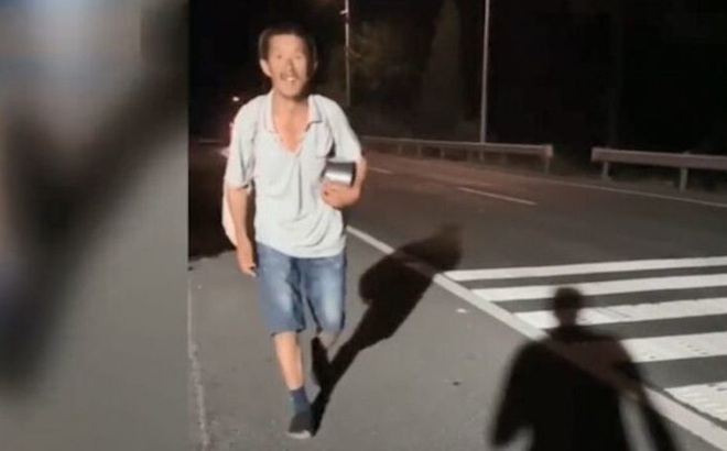 Phải đi bộ 950 km vì bị cấm lên xe buýt do không có smartphone ở Trung Quốc