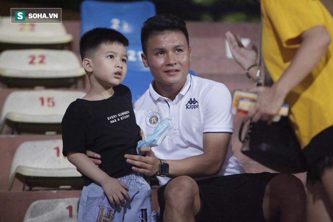 Quang Hải đưa điện thoại cho bạn gái xem, Huỳnh Anh liên tục cười rạng rỡ - Ảnh 1.