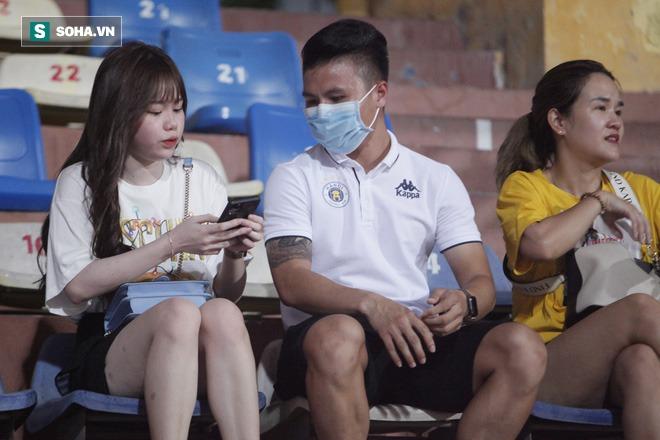 Quang Hải đưa điện thoại cho bạn gái xem, Huỳnh Anh liên tục cười rạng rỡ - Ảnh 6.