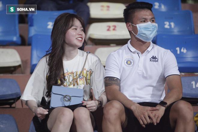 Quang Hải đưa điện thoại cho bạn gái xem, Huỳnh Anh liên tục cười rạng rỡ - Ảnh 7.