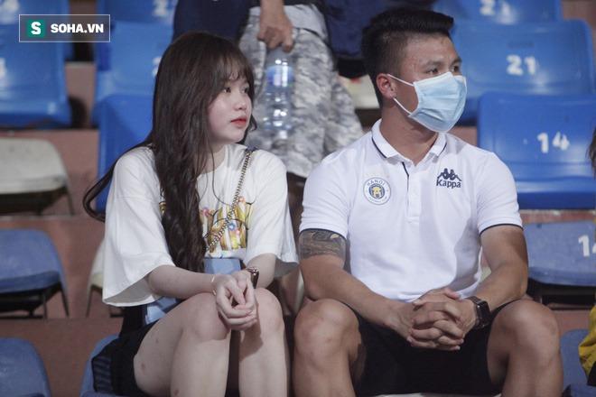Quang Hải đưa điện thoại cho bạn gái xem, Huỳnh Anh liên tục cười rạng rỡ - Ảnh 8.