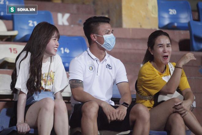 Quang Hải đưa điện thoại cho bạn gái xem, Huỳnh Anh liên tục cười rạng rỡ - Ảnh 3.