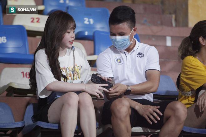 Quang Hải đưa điện thoại cho bạn gái xem, Huỳnh Anh liên tục cười rạng rỡ - Ảnh 5.