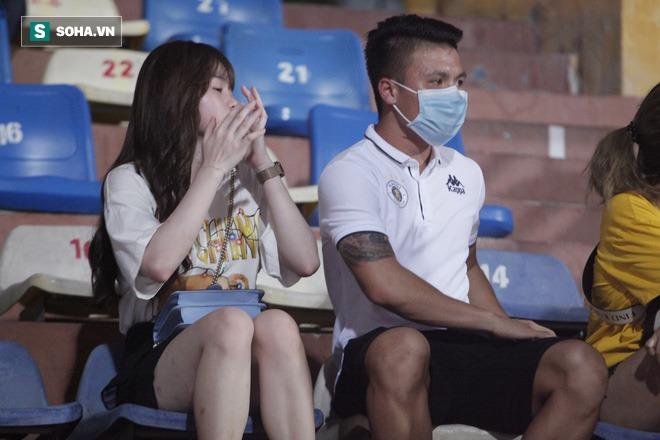 Quang Hải đưa điện thoại cho bạn gái xem, Huỳnh Anh liên tục cười rạng rỡ - Ảnh 4.