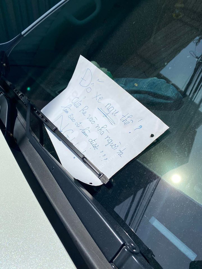 Đỗ xe trước cửa nhà người lạ, khi quay lại tài xế nhận được mảnh giấy, đọc mà đỏ mặt - Ảnh 2.