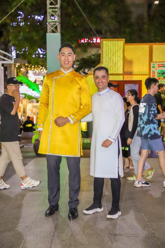 Cầu thủ bóng rổ làm vedette trong show áo dài của NTK Nhật Dũng - Ảnh 2.