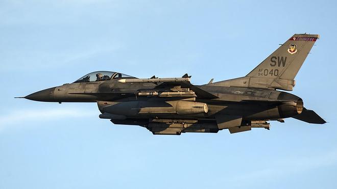 NÓNG: F-16 lao xuống đường băng nổ tung, phi công thiệt mạng - Không quân Mỹ tổn thất nặng - Ảnh 1.