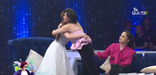 Văn Mai Hương bất ngờ trở lại gameshow, ôm chầm lấy học trò cũ Khánh Thi vì đồng cảm - Ảnh 6.