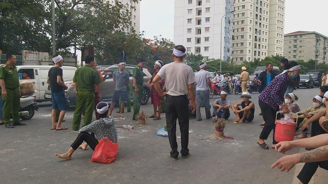 Hà Nội: Cả tuyến đường ùn tắc do gia đình nạn nhân kéo đến hiện trường vụ tai nạn 1 năm trước - Ảnh 2.