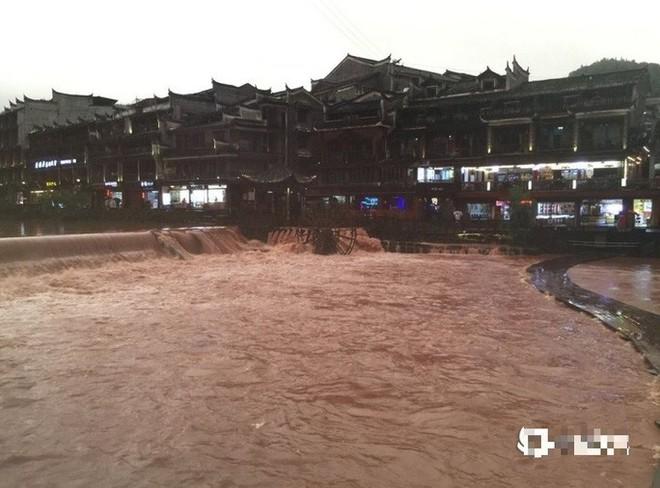 Phượng Hoàng cổ trấn thượng nguồn đập Tam Hiệp bị ngập lụt - Ảnh 2.