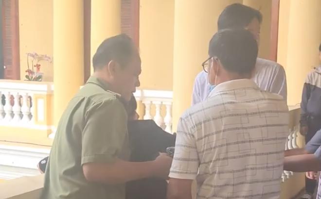 TP.HCM: Bị đơn bức xúc định nhảy lầu sau khi nghe tòa tuyên án