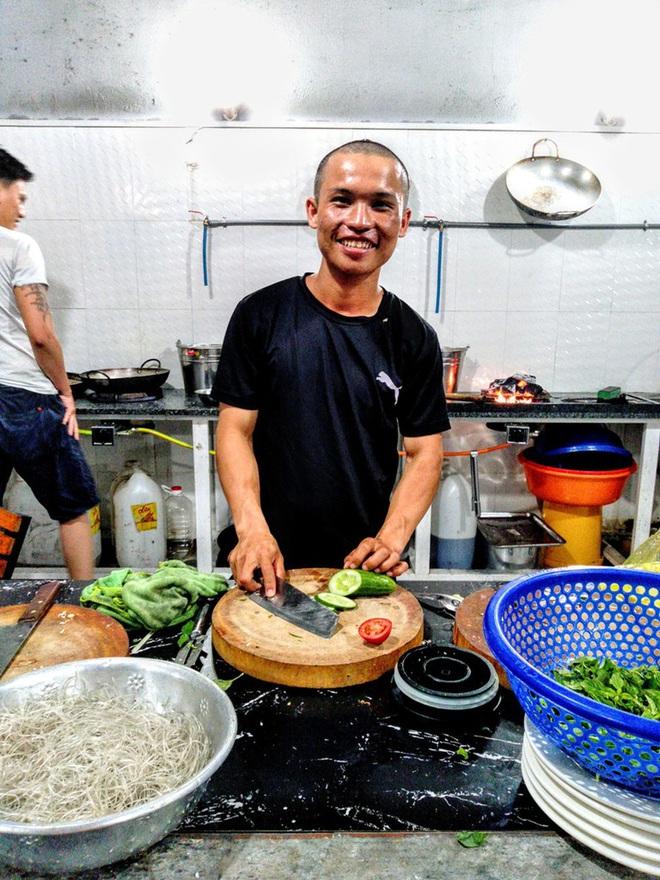 45 ngày đi bộ xuyên Việt với 0 đồng, chàng trai vừa xin ăn, làm thuê vừa quyên góp 127 triệu cho người nghèo - Ảnh 4.