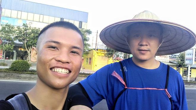 45 ngày đi bộ xuyên Việt với 0 đồng, chàng trai vừa xin ăn, làm thuê vừa quyên góp 127 triệu cho người nghèo - Ảnh 7.
