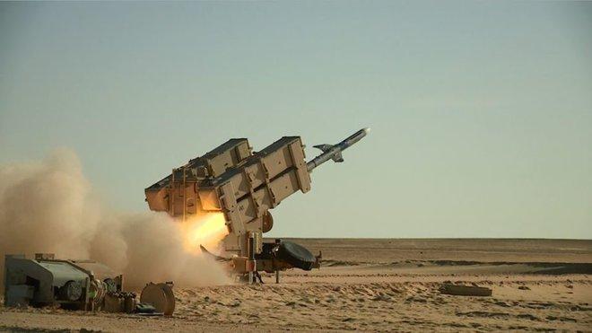 Hàng loạt tiếng nổ lớn rung chuyển Tehran, căn cứ quân sự Iran là mục tiêu - Saudi khai hỏa diệt 2 tàu chiến Houthi - Ảnh 1.