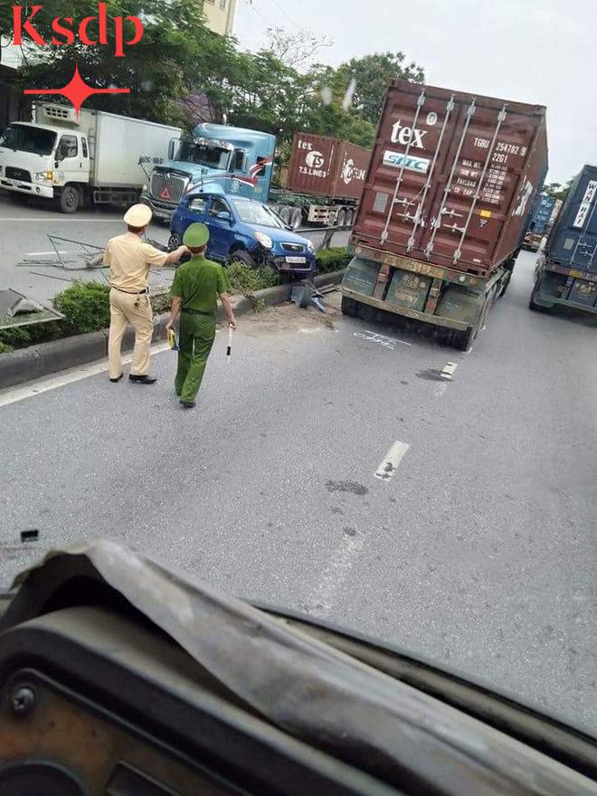 CLIP: Bon chen đi sát đầu xe container, nữ tài xế bất ngờ bị húc văng sang bên kia đường - Ảnh 3.