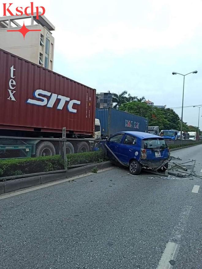 CLIP: Bon chen đi sát đầu xe container, nữ tài xế bất ngờ bị húc văng sang bên kia đường - Ảnh 2.