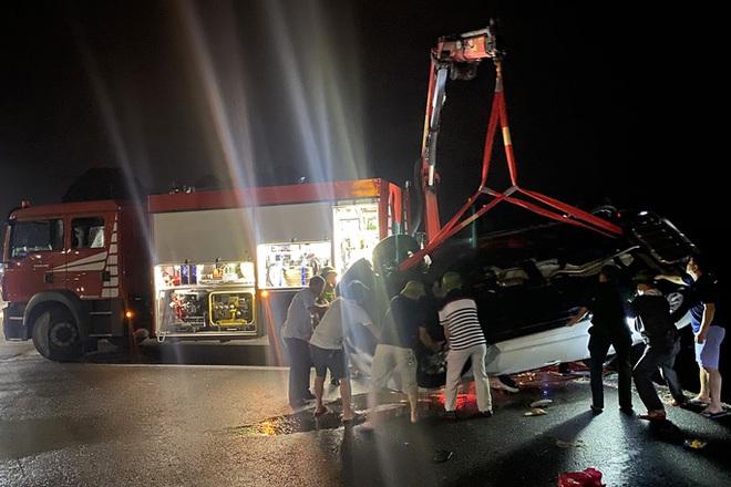 Xe ô tô lao xuống biển Hạ Long trong đêm: 1 người lớn và 2 trẻ em đã tử vong, xe ô tô hư hỏng nặng - Ảnh 1.