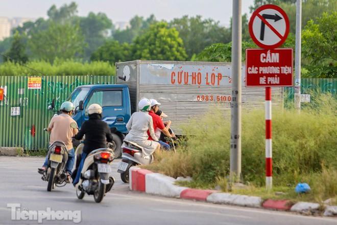 Xe máy nối đuôi nhau đi ngược chiều trên Đại lộ Thăng Long - Ảnh 2.