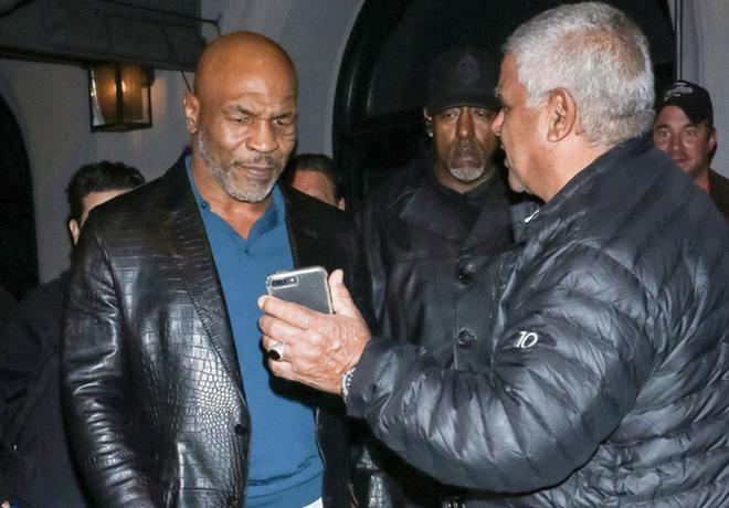 """Không cho """"sống ảo cùng thần tượng"""", Mike Tyson suýt bị bắn - Ảnh 1."""