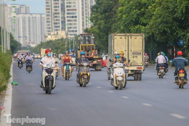 Xe máy nối đuôi nhau đi ngược chiều trên Đại lộ Thăng Long - Ảnh 12.