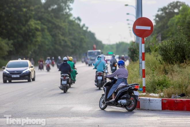 Xe máy nối đuôi nhau đi ngược chiều trên Đại lộ Thăng Long - Ảnh 3.
