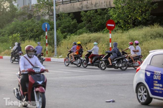 Xe máy nối đuôi nhau đi ngược chiều trên Đại lộ Thăng Long - Ảnh 5.